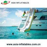 As corrediças de água infláveis gigantes do cruzador do estilo livre transformam seu iate em um Waterpark para o adulto