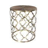За Круглым столом Quatrefoil золотого цвета металлической стороной в таблице