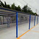 くねりが付いている電流を通された格子塀のパネルか溶接金属の塀