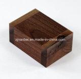 Rectángulo de joyería de madera de encargo de la nuez negra para el anillo con la almohadilla