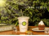 Taza fría disponible de la bebida de la taza de café con la tapa