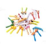 Brinquedos verdes animais do jogo das cordas de salto dos desenhos animados de madeira dos miúdos ao ar livre