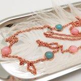 女性のイブニング・ドレスのための多彩な石造りの長いネックレス