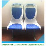 Zwei Plastikbus-Sitz zusammen