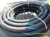 Tubo flessibile industriale su servizio del camion di serbatoio