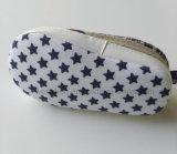 赤ん坊靴の幼児は子供の靴Ws17503に蹄鉄を打つ