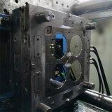型を押すプラスチックコップ型の金属