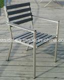 Table en poly bois avec 6 chaises pour manger à l'extérieur