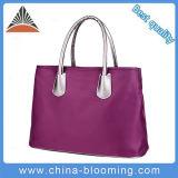 Le donne esterne trasportano il sacchetto di Tote d'acquisto delle borse della spiaggia