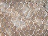 電流を通された六角形の金網の網