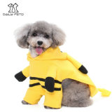L'animal familier de Pikachu vêtx des vêtements de costume pour des crabots et des chats