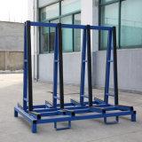 Передача высококачественного стекла для монтажа в стойку на заводе в мастерской