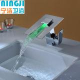 Miscelatore del rubinetto del bacino della cascata con il vetro del LED