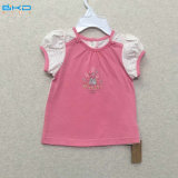 Il bambino del manicotto della bolla copre la maglietta della neonata