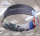 Изготовленный на заказ индикации баннерной рекламы ЛОГОСА потолка будочки выставки печатание/размера вися