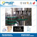 Água mineral que enxágua a máquina de enchimento líquida tampando de enchimento