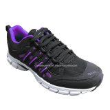 スポーツの靴を実行する新しく多彩な人のスニーカー