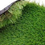 Erba sintetica di paesaggio di a buon mercato quattro colori per il giardino