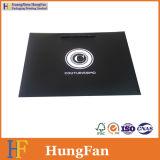 Bolso de papel de empaquetado del regalo de la impresión negra de lujo con insignia ULTRAVIOLETA del punto