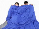 Im Freien kampierendes Gerät, das kampiert, um warmen Ultralight Schlafsack zu halten