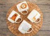 磁器のスプーンが付いている円形のコーヒーティーカップ