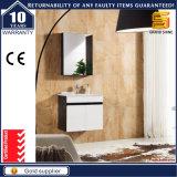 ミラーのキャビネットとの白い塗られた壁に取り付けられた浴室の虚栄心