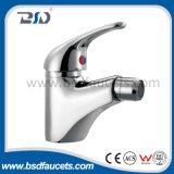 Fixés au mur de finition de chrome choisissent le robinet de mélangeur de cuisine de salle de bains de traitement