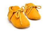 2017の新しい到着の赤ん坊靴のハンドメイドの偶然靴
