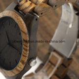 남자를 위한 나무로 되는 시계가 질 손에 의하여 자연적인 얼룩말에게 했다