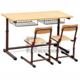 교실 가구에 있는 나무로 되는 두 배 학교 책상 그리고 의자