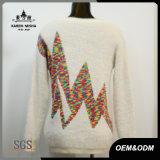 Il lampo delle donne ha modellato il maglione lavorato a maglia colorato