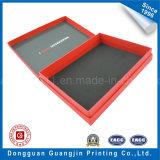 Rectángulo de regalo rígido de papel impreso del color rojo con insignia de oro