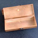 旧式なハンドメイドの木の宝石類の収納箱