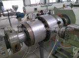 Tubulação elétrica da canalização de PVC-U que faz a máquina