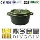 Темно-зеленого цвета мяса и овощной суп в горшочках