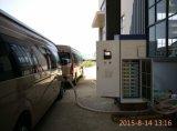 EV DC 빠른 충전소를 사용하는 여행자 전기 버스