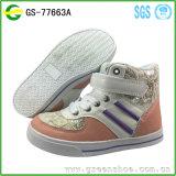 La nueva manera calza el zapato cómodo del cabrito de las muchachas
