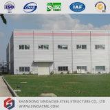 Gruppo di lavoro prefabbricato della struttura d'acciaio con l'edificio per uffici