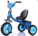 O bebê das crianças caçoa o triciclo de criança com Ce