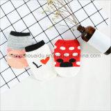 最も新しい動物デザイン木靴の赤ん坊の綿のソックス