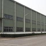 La lana della fibra riveste il magazzino di pannelli della struttura d'acciaio