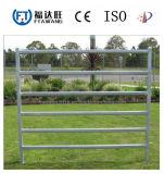電流を通された農場の塀または牧草地フィールド塀かシカの牛塀