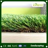 Hermoso y verde paisaje de la decoración de jardín de césped artificial