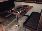 나무로 되는 가구 단단한 나무 테이블 및 의자는 식사를 위해 놓았다