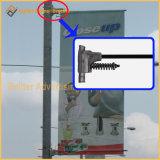 Via palo chiaro del metallo che fa pubblicità al meccanismo della bandierina