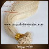 Trame de cheveu attachée par main blonde en gros de cendre