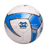 Ballon de football à la main muni d'un élastique résistant à l'eau