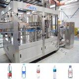 L'eau minérale rinçant la machine recouvrante remplissante