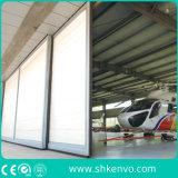 Aeroplano che fa scorrere i portelli del capannone