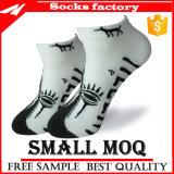 Großverkauf farbige Kleid-Socken mit neuem Form-Schwarzem trifft Mann-und Knöchel-Socken hart